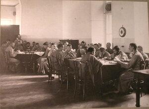 Раненые в читальной комнате лазарета,устроенного в помещении Дворянского клуба.