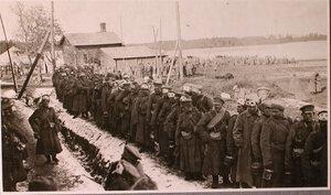 Солдаты в очереди за горячей пищей у перевязочно-питательного пункта №15, организованного отрядом Красного Креста В.М.Пуришкевич.