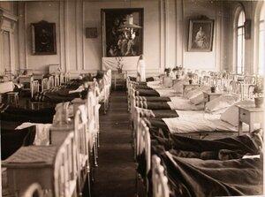 Общий вид большой палаты, оборудованной для раненых в актовом зале женского училища.