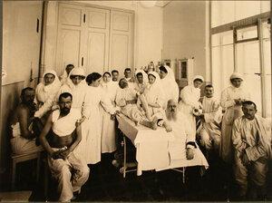 Врачи, сёстры милосердия, раненые во время перевязки в перевязочной лазарета.