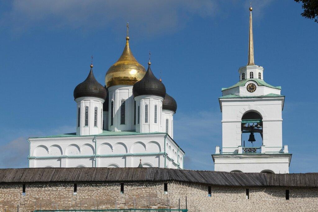 Купола Троицкого собора и колокольня, Псков