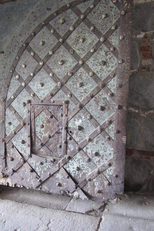 А вот над старыми воротами время поработало серьезно. Соленый воздух с моря не пощадил древнее железо.