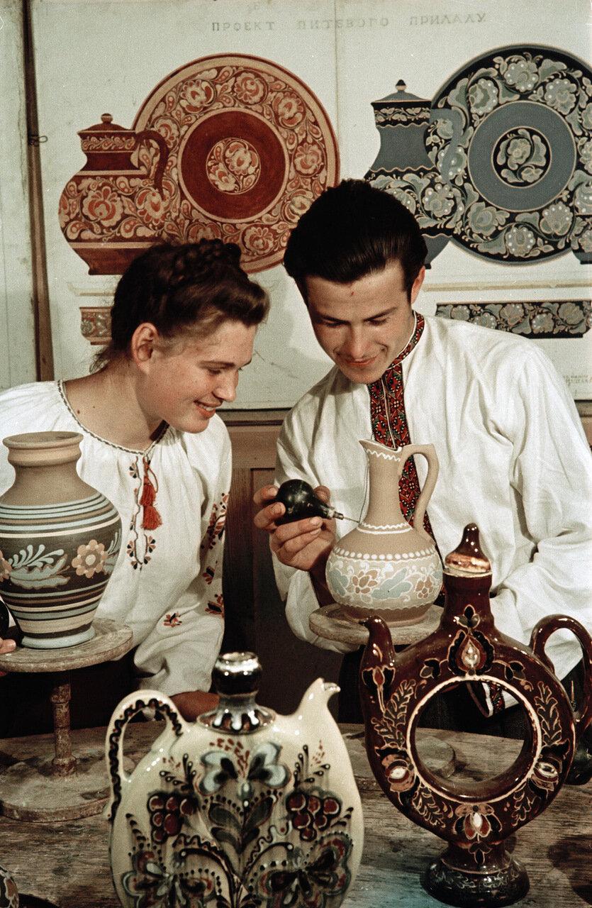 Роспись гончарных изделий в Киевском художественном училище. 1950