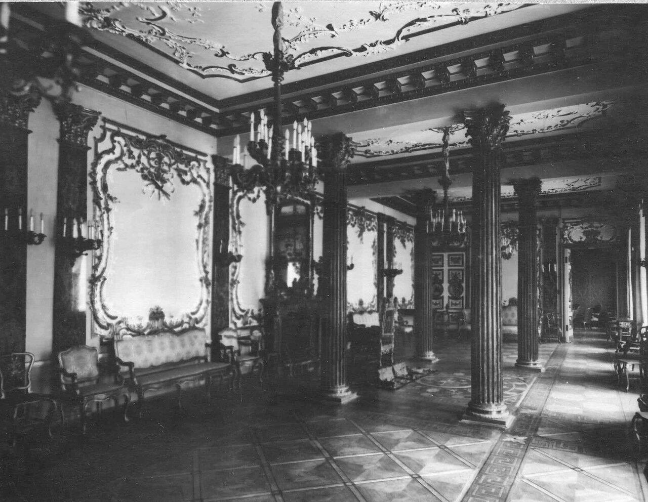 37. Вид части колонного зала