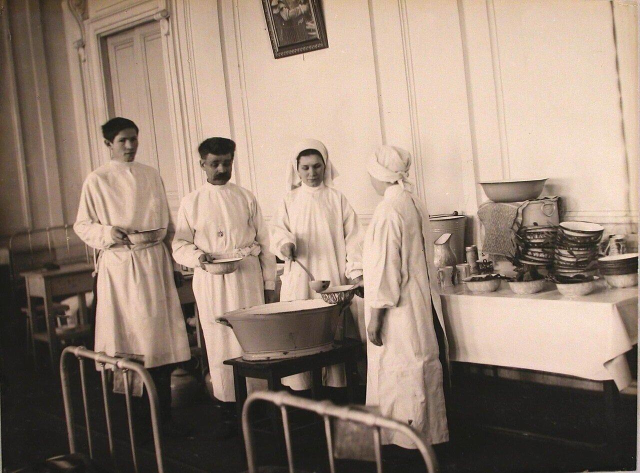 18. Санитарка во время раздачи обеда в одной из палат