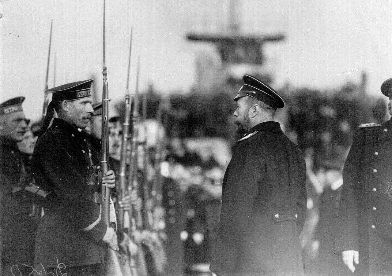 13. Император Николай II приветствует почетный караул на линкоре «Петропавловск»