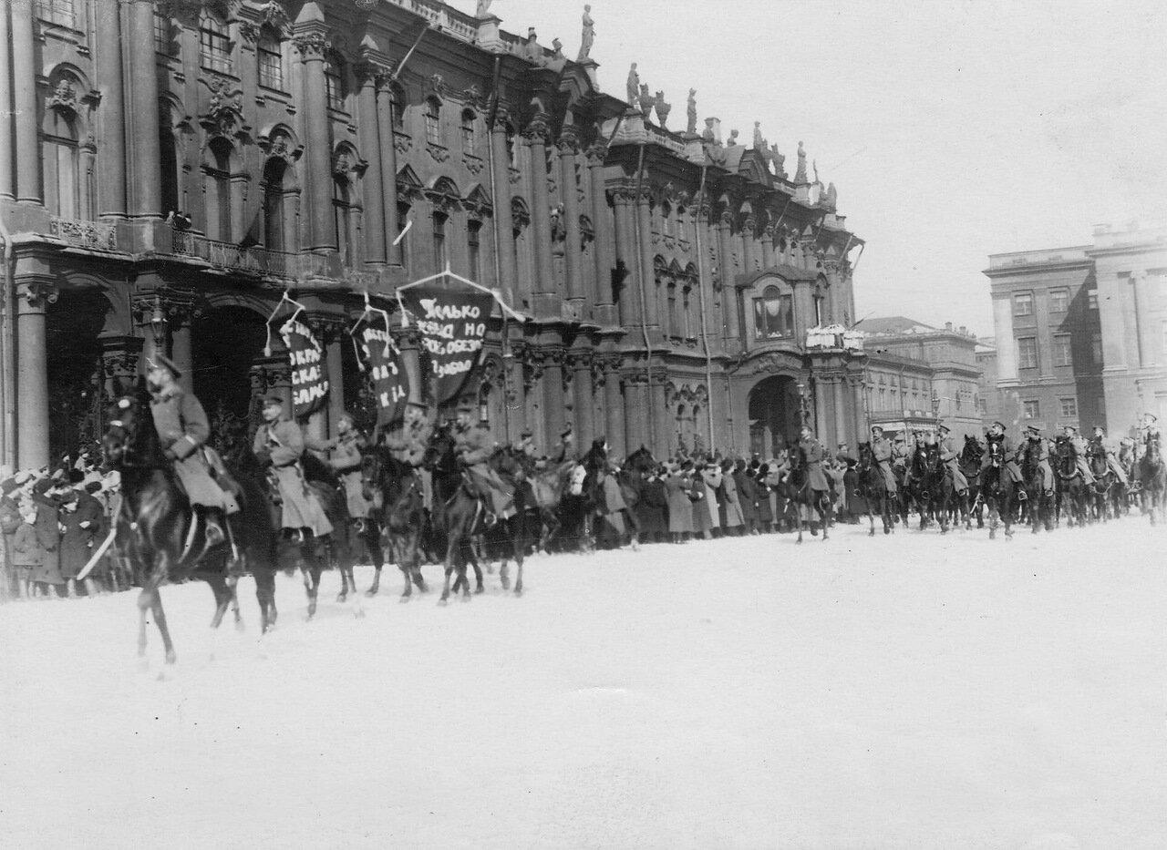 02. Колонна курсантов кавалерийского офицерского училища проходит по Дворцовой площади