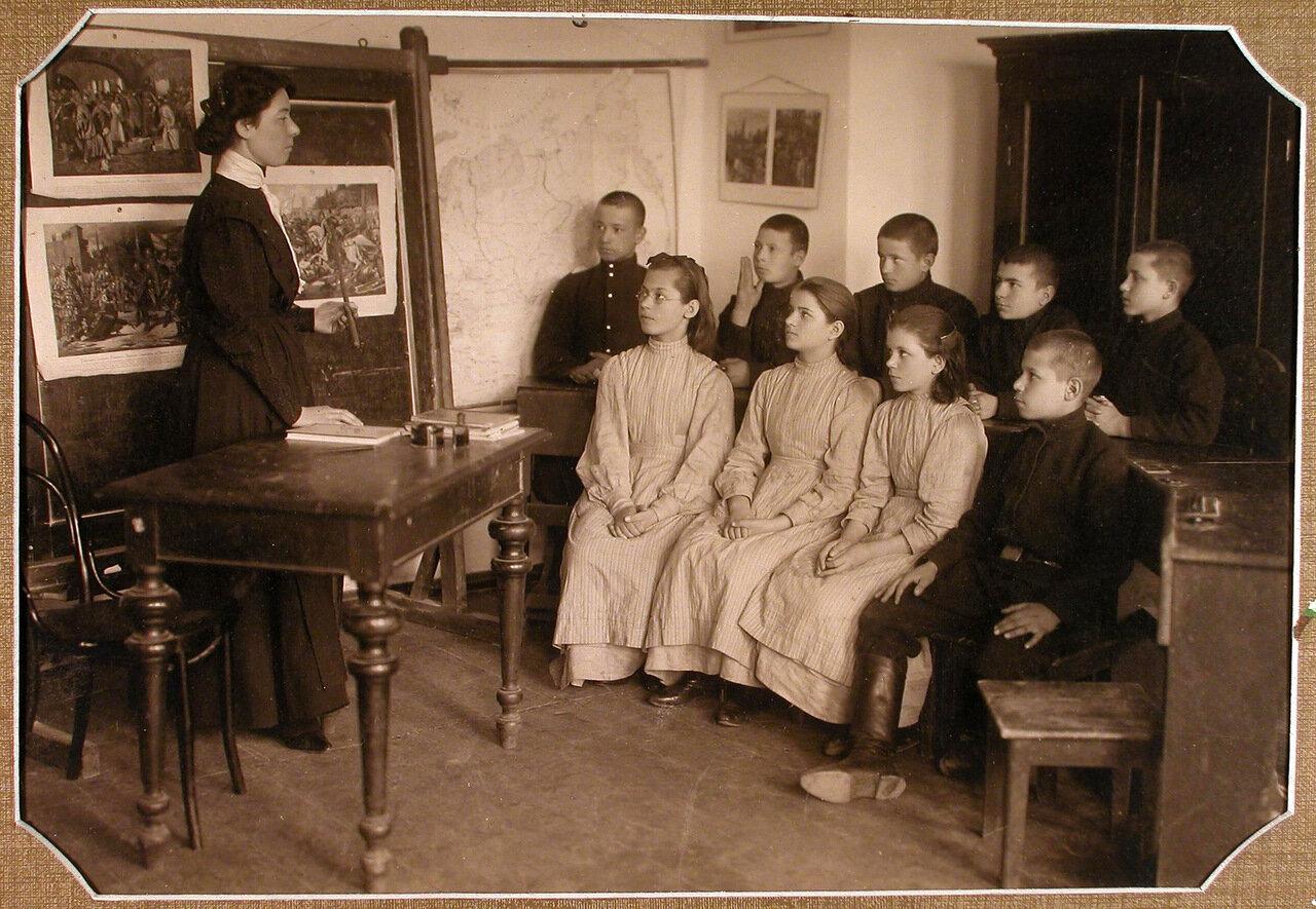 Ученики 6-го года обучения во время урока истории