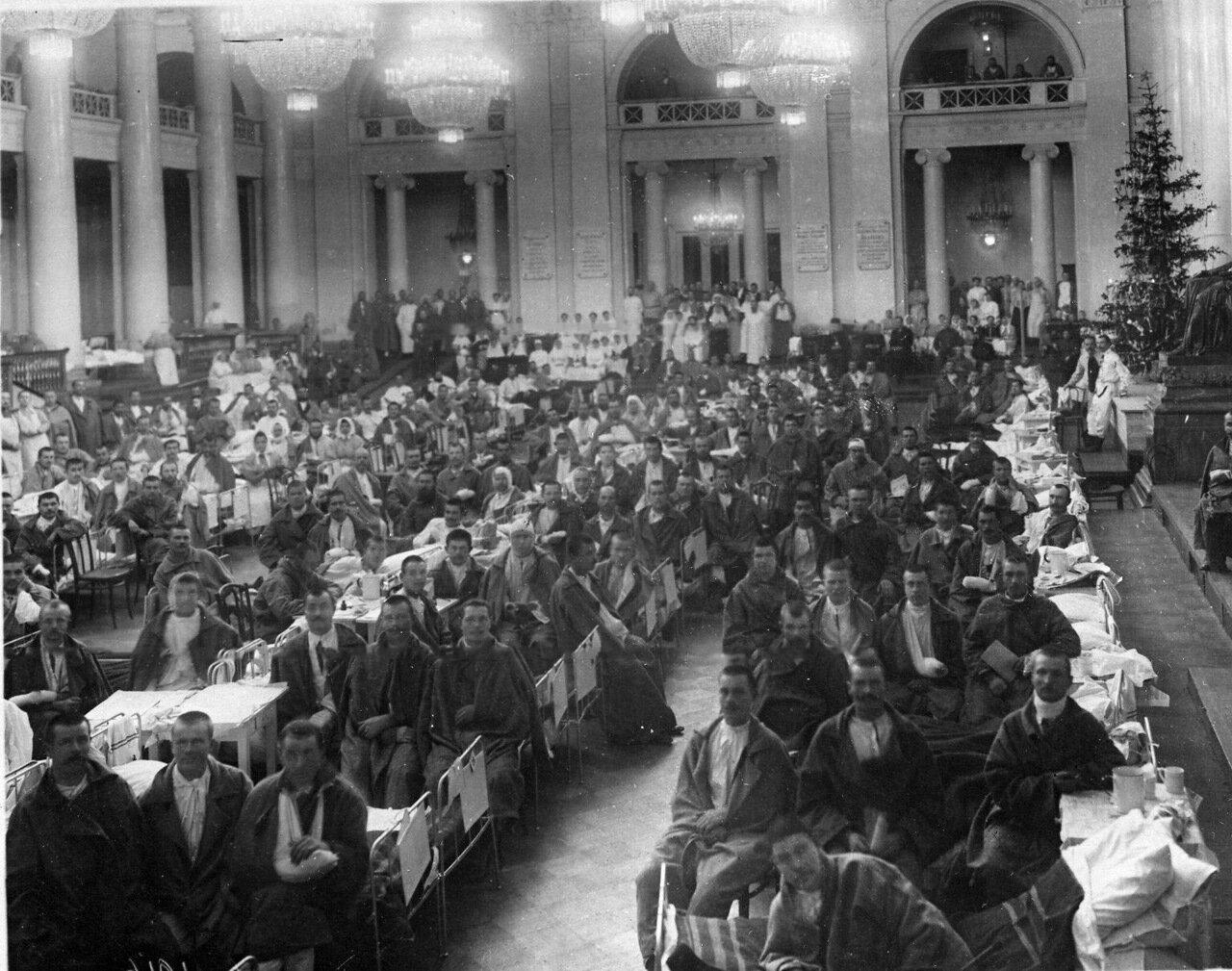 25.Раненые солдаты в зале Дворянского собрания. 1915