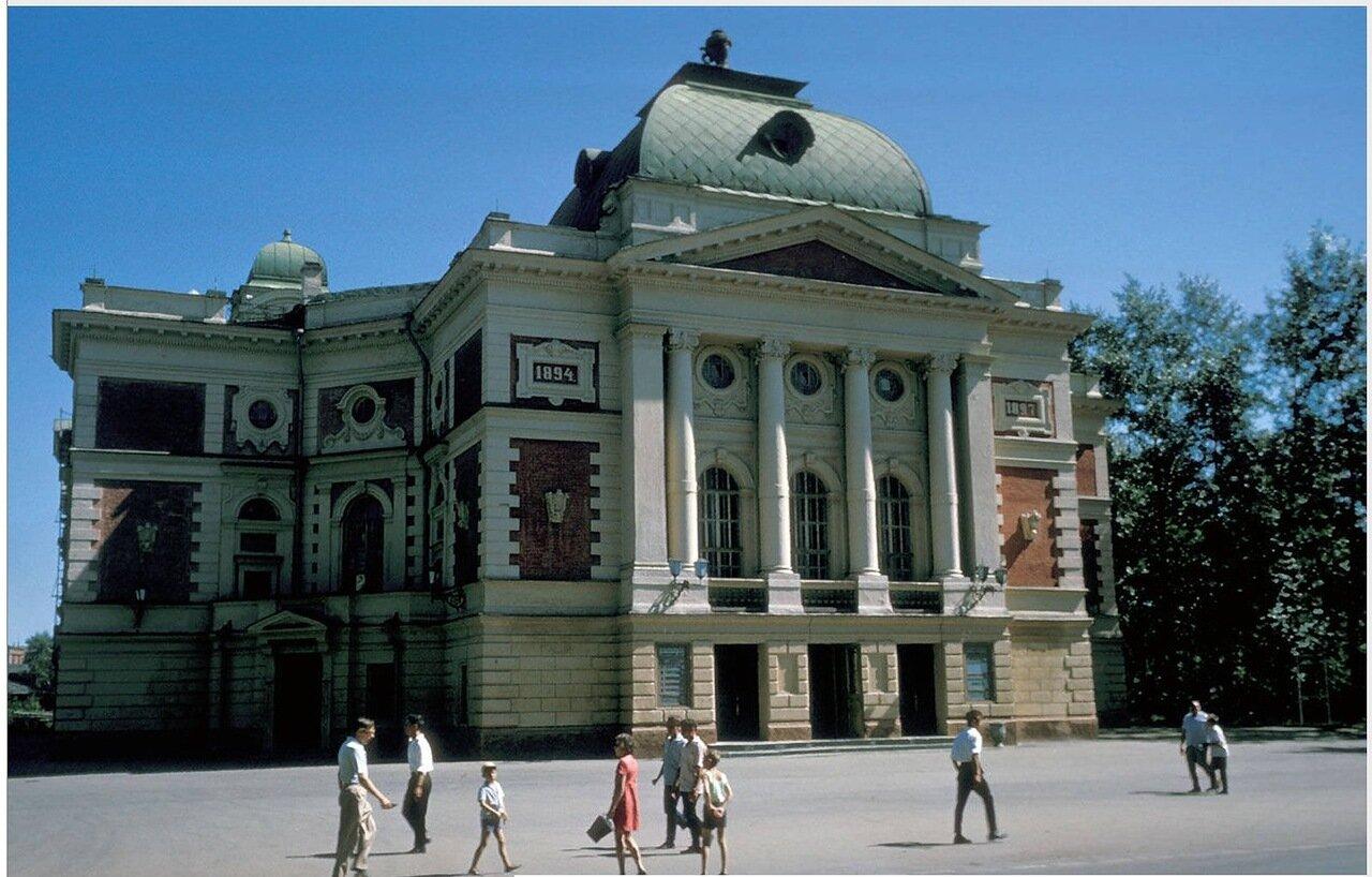 Иркутский академический театр имени Н.П. Охлопкова на улице Карла Маркса. Здание используется как театр с 1897 года