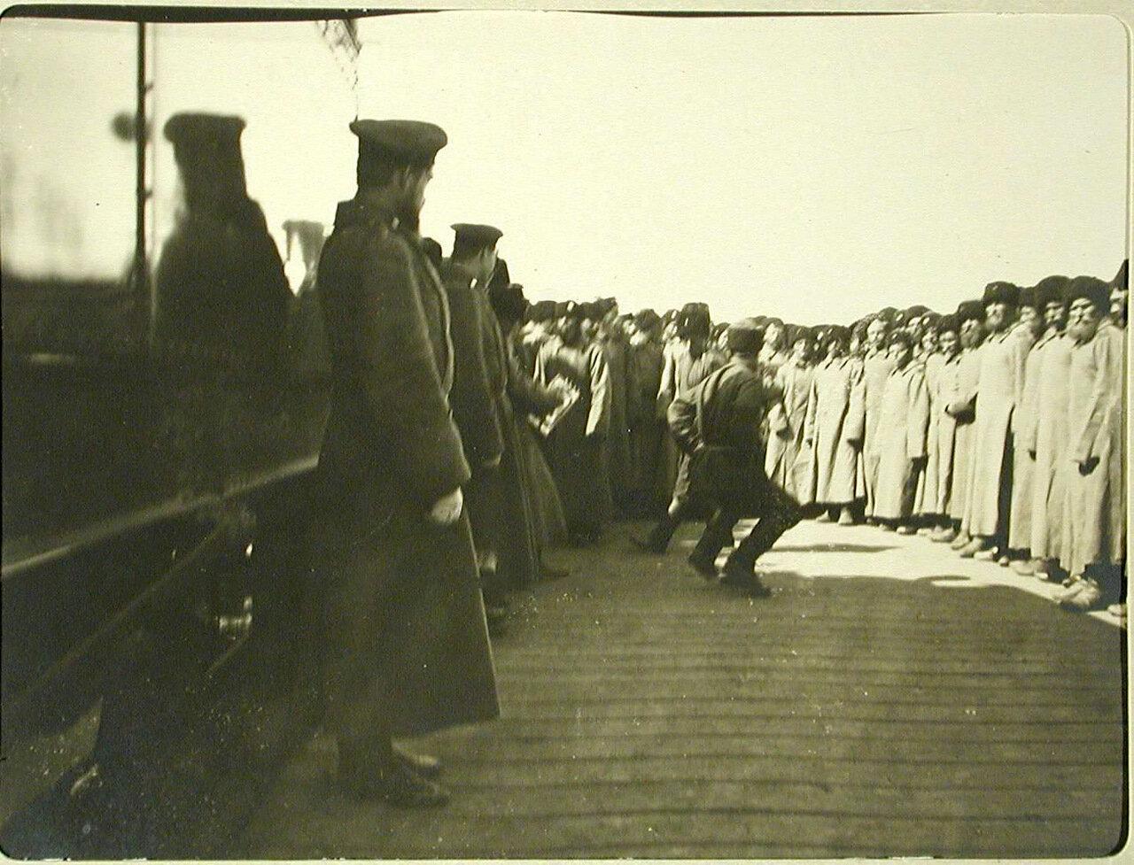 95. Отправляющиеся в поход казаки пляшут на станции перед посадкой в вагоны