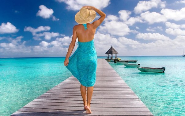 бирюзовое море, дощатая дорожка, лодки, девушка в шляпе
