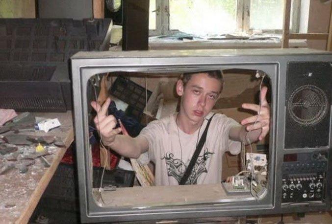 студент ремонтирует телевизор