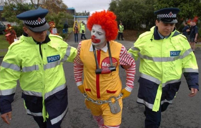 Смешные фотографии уголовников в полицейских участках 0 141b7e 4ad3cbef orig