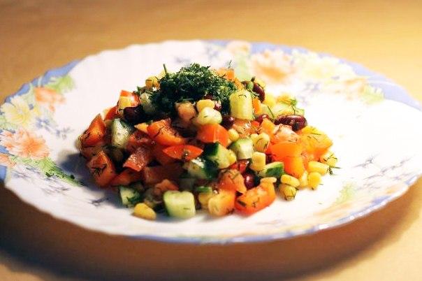 овощной салат с консервированной фасолью