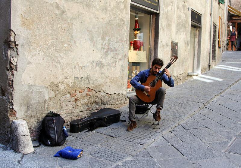Музыкант в городе Сиена