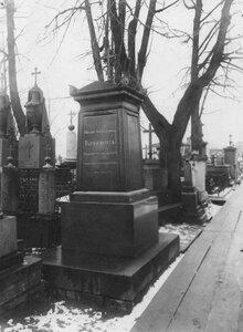 Надгробный памятник поэту И.А.Крылову.