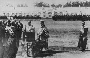 Император Николай II на молебне на плацу перед Екатерининским дворцом в день празднования 100-летнего юбилея конвоя.