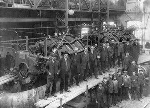 Группа служащих меднопрокатного завода акционерного общества Франко-русских заводов у турбины, изготовленной для линкора Полтава.