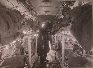 Перевозка раненых в специально оборудованном трамвайном вагоне из распределительного госпиталя в постоянный лазарет.