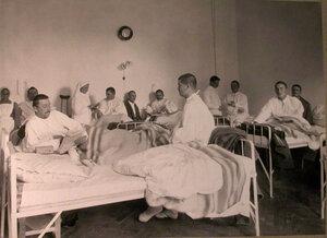 Раненые в палате лазарета,устроенного в помещении 1-го Автомобильного клуба.