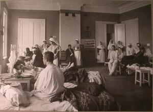 Сестры милосердия и раненые в палате лазарета Киевского полка.