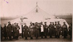 Группа раненых нижних чинов у входа в палатку перевязочно-питательного пункта №15, организованного отрядом Красного Креста В.М.Пуришкевич.