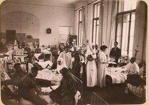 Женщина-врач и медицинская сестра во время обхода в одной из палат госпиталя, оборудованного в здании Политехнического института.