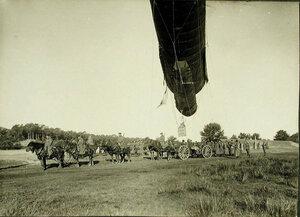 Солдаты роты держат змейковый аэростат на лебедке перед его подъемом.