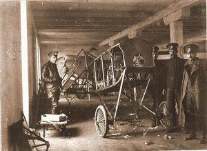 Группа техников отряда у летательного аппарата, доставленного в мастерскую г. Терещенко для ремонта.