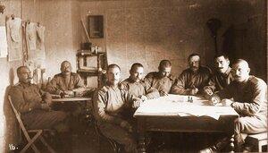 Сотрудники чертежной топографической части отдела генерал-квартирмейстера Корпусной военной топографии подполковник Росляков и капитан Бах (слева за столом) среди нижних чинов (справа за столом).