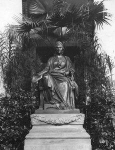 Бронзовая скульптура в зале Дворянского собрания Императрица Екатерина II держит в руке Жалованную грамоту дворянству.
