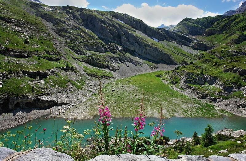 Между гор,что вершинами врезались в чистое небо,Расплескалась вода...