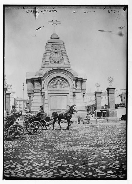 Чугунная часовня Александра Невского и стоянка извозчиков рядом