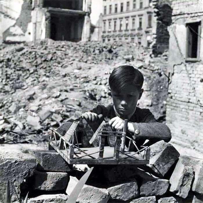 Австрия, Вена, 1948 год - Мальчик, играющий посреди развалин