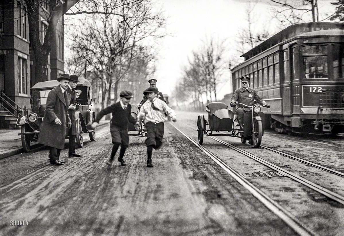 Мальчишки бегают наперегонки с полицейскими мотоциклами (Вашингтон, 1922 год)