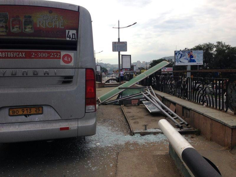 Во Владивостоке автобус снес остановку