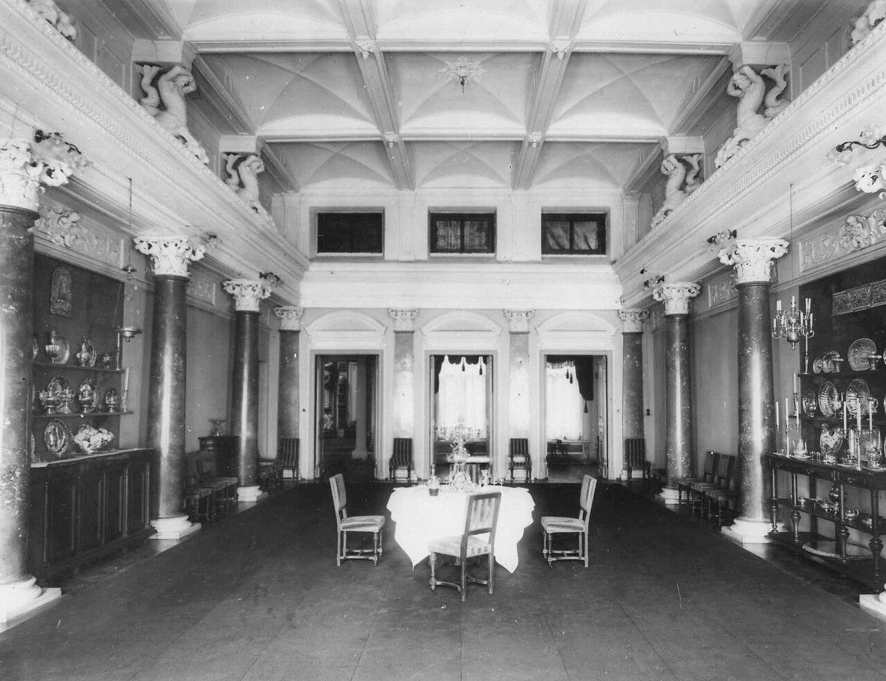 22. Столовая в посольстве. 1906