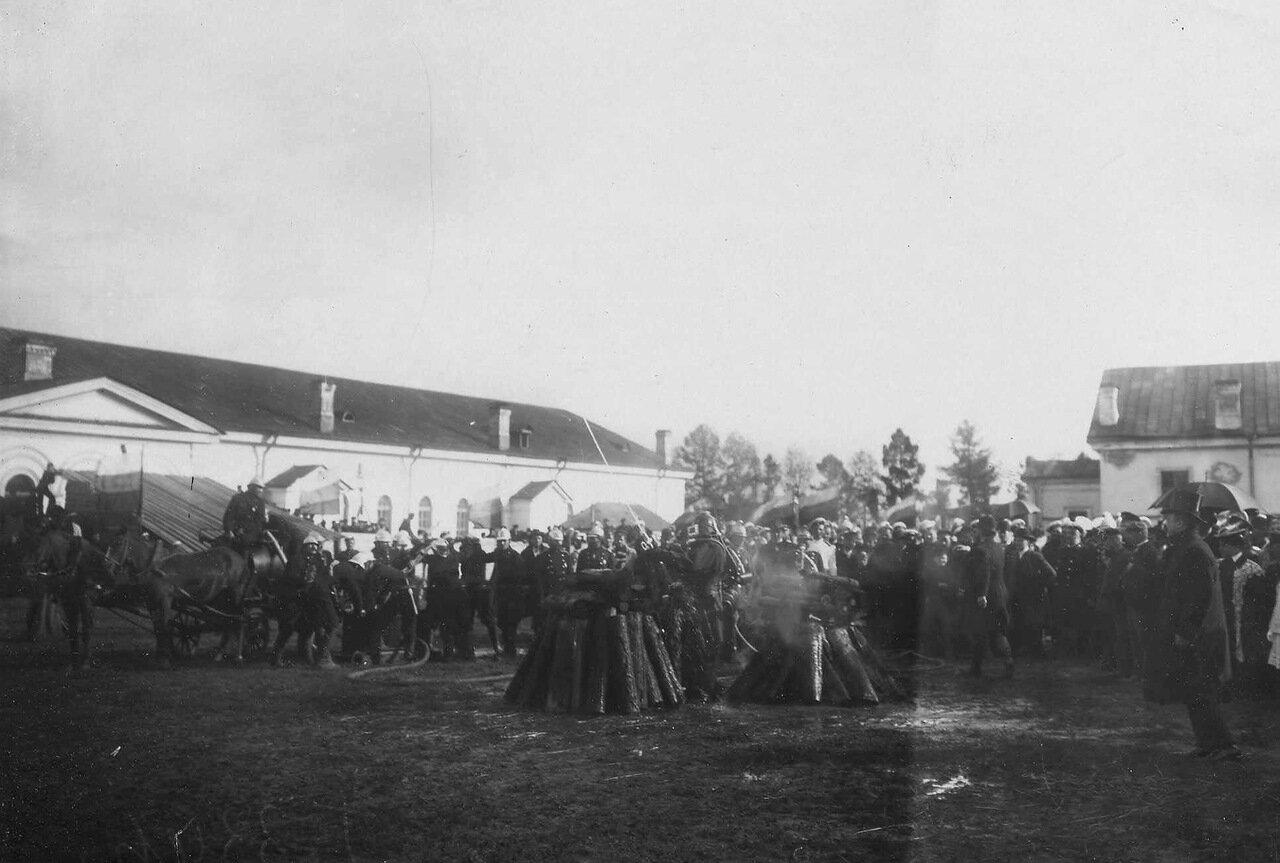 04. Зрители наблюдают за приготовлением дружины к тушению пожара рядом с гарнизонным манежем. 1909