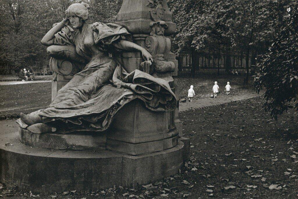 1971. Трое детей в парке Монсо