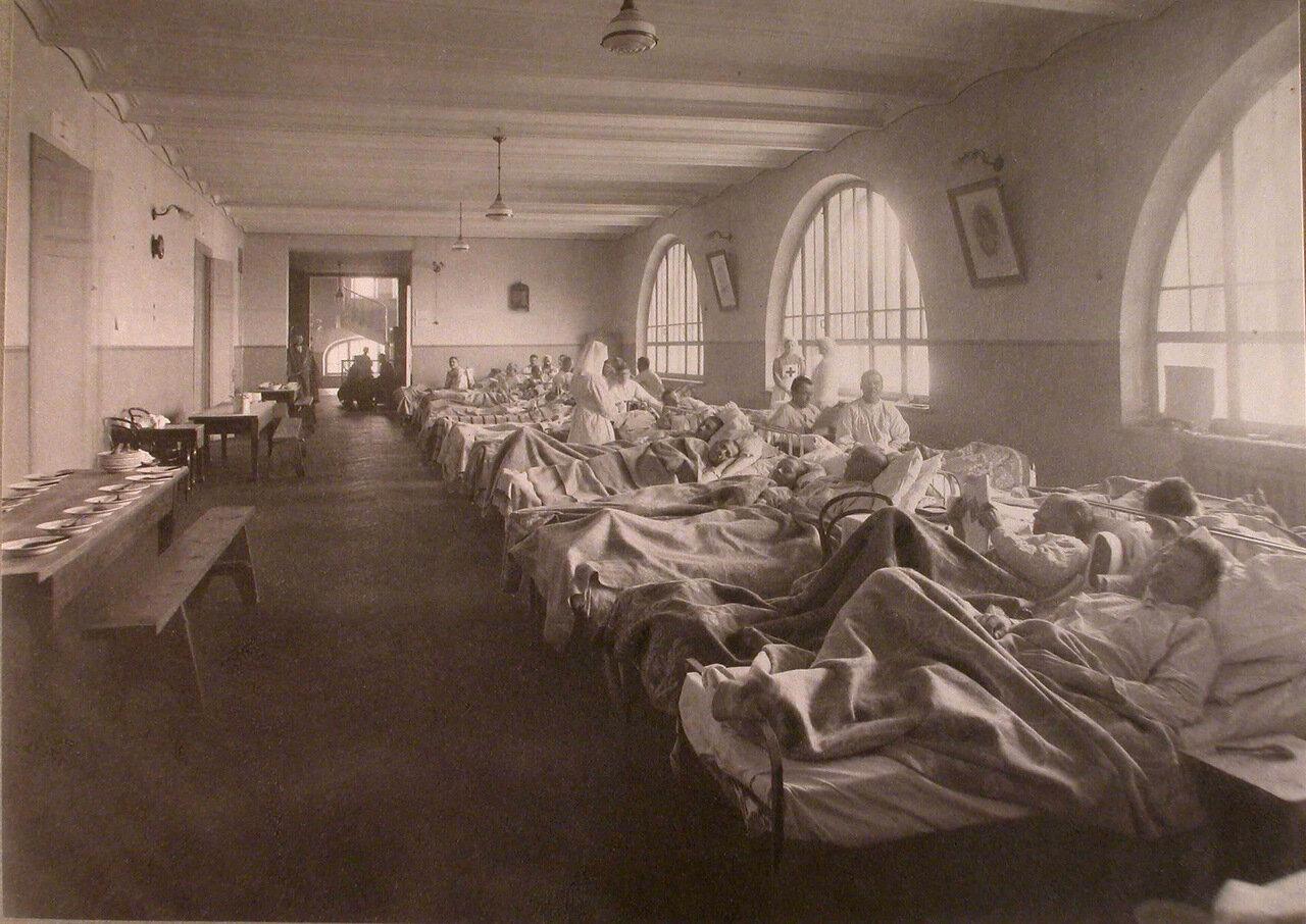 17. Раненые в палате лазарета,устроенного в Пушкинском городском училище
