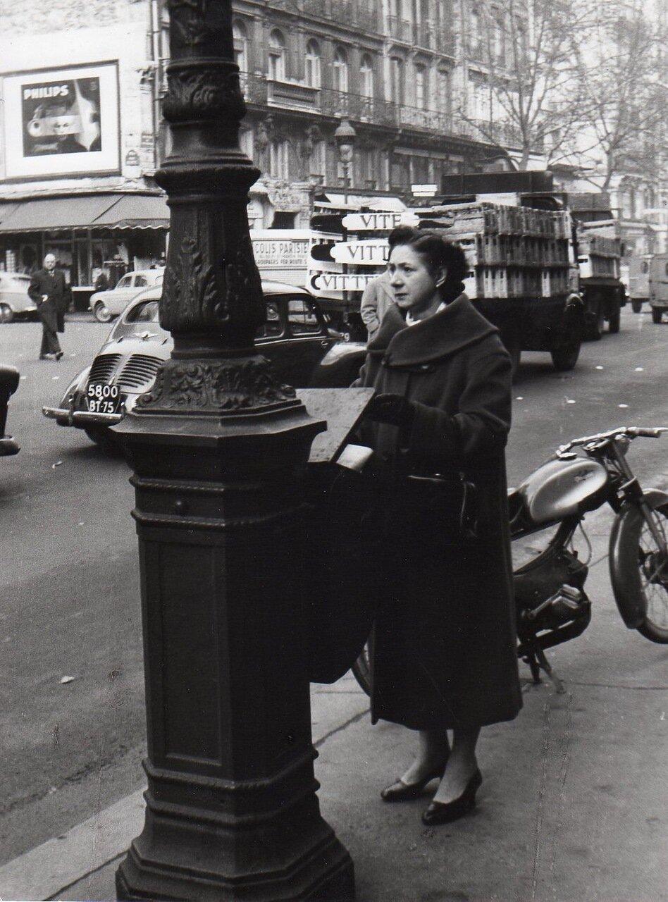 Женщина возле фонаря