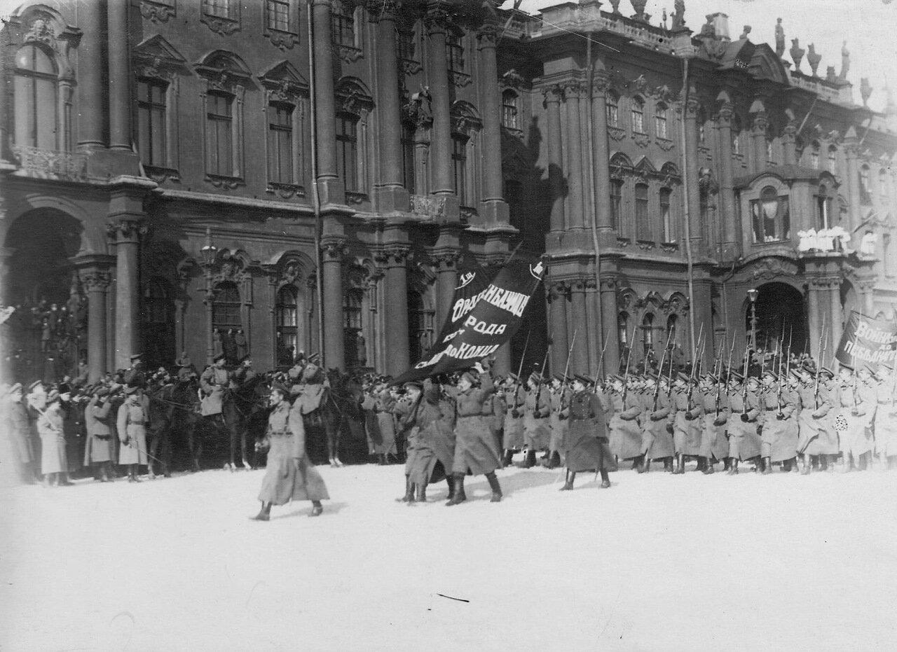 08. Группа курсантов проходит мимо принимающего парад генерала Л.Г.Корнилова