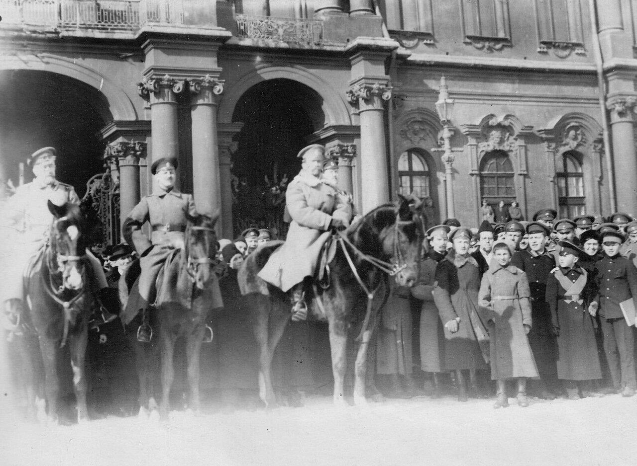12. Командование во главе с генералом Л.Г.Корниловым на Дворцовой площади