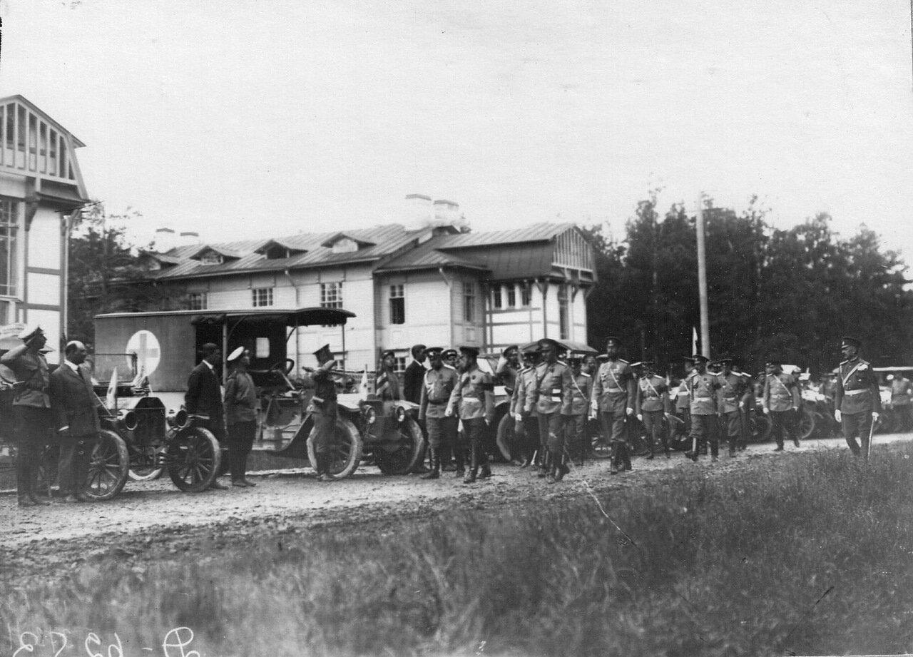 07. Император Николай II обходит ряд автомобилей с их экипажами