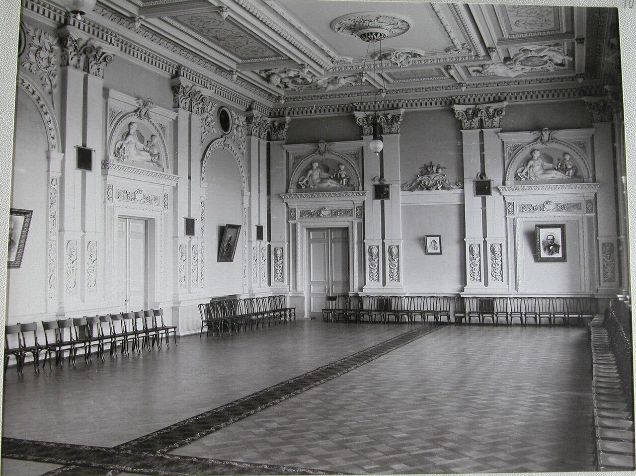 11. Актовый зал училища
