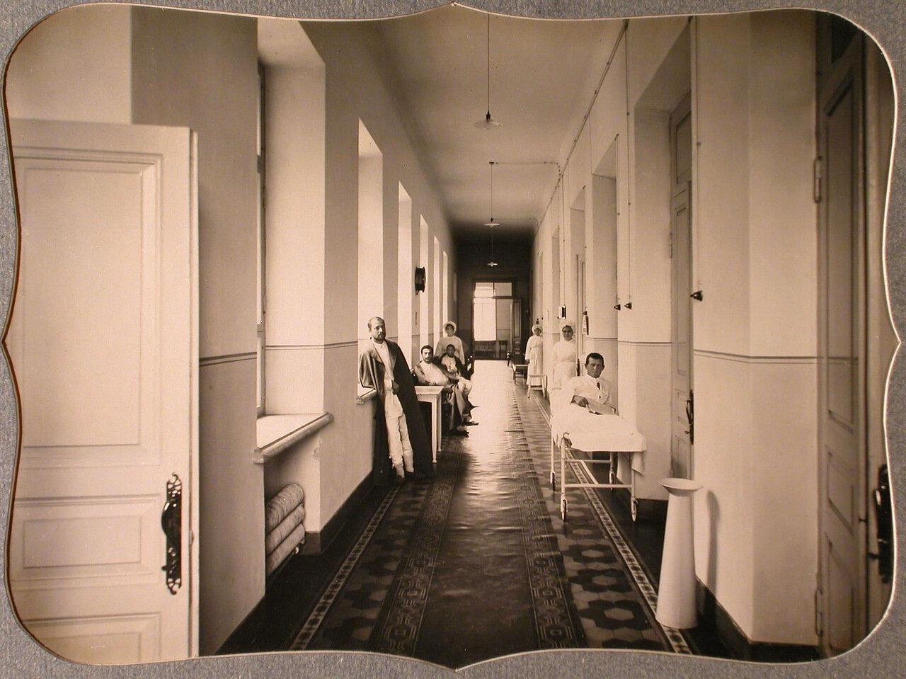 31. Сестры милосердия и раненые в восточном коридоре лазарета общины