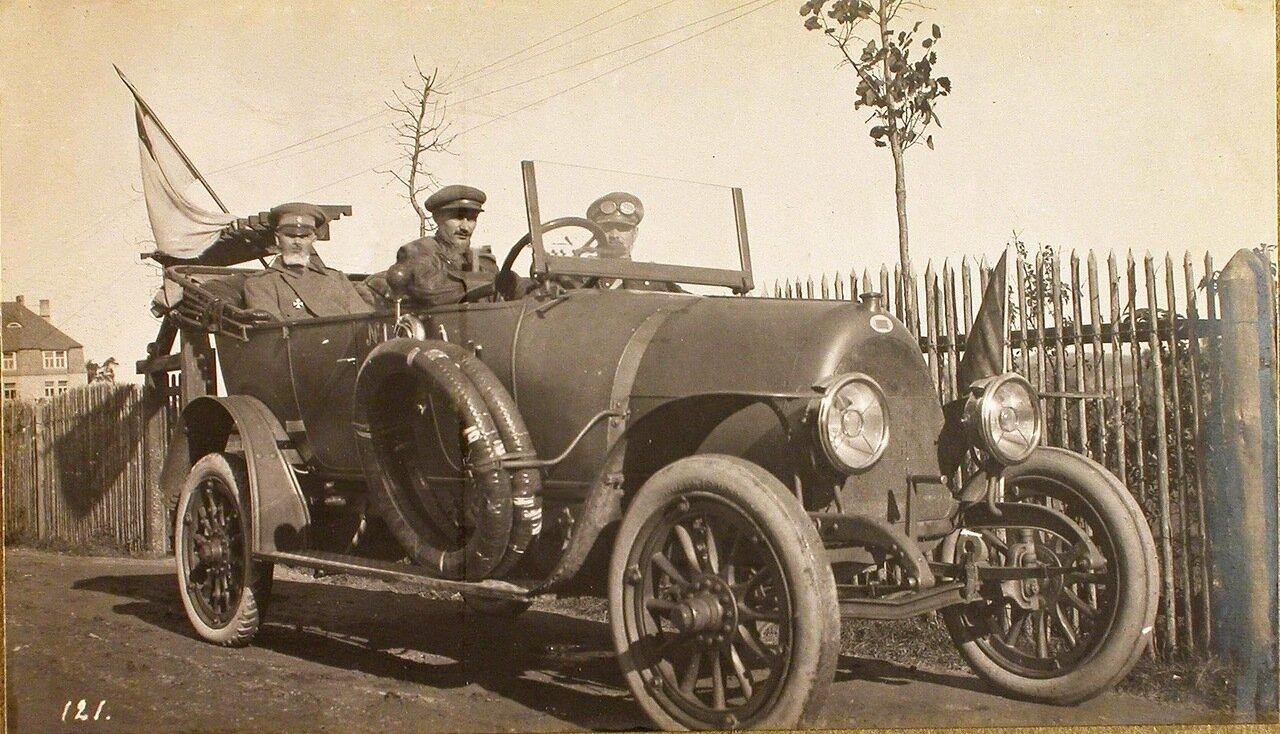 10. Командующий XII армией генерал от инфантерии В. Н. Горбатовский в автомобиле по дороге на позиции