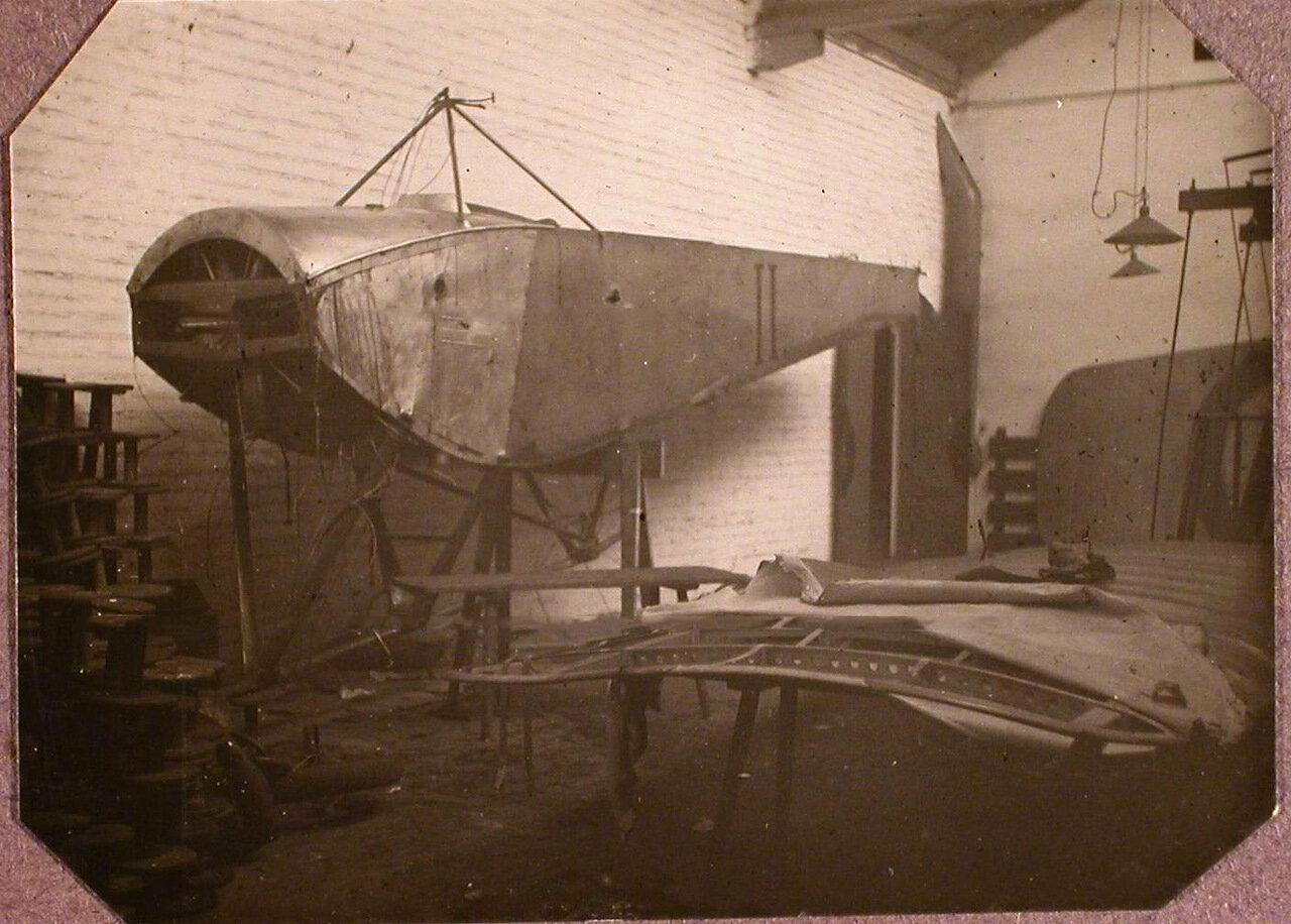 10. Вид части аэроплана Ньюпор II корпусного авиационного отряда в помещении подвижной авиационной мастерской во время ремонта