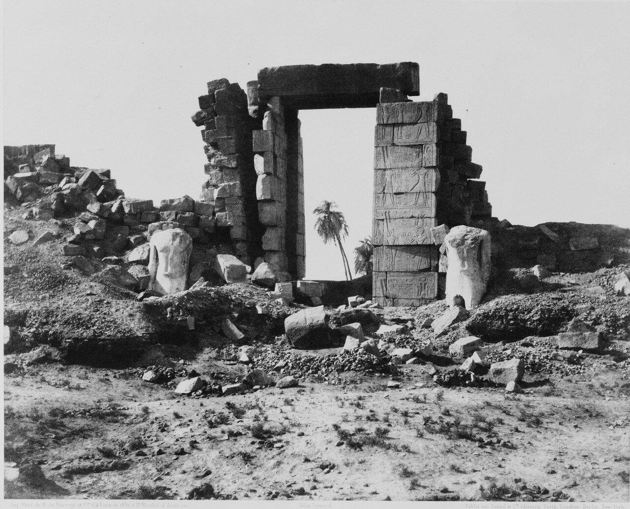 Карнак (Фивы). Первый пилон. Руины дверного проема и колоссов. 1858